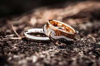攝影師拍攝戒指情境照