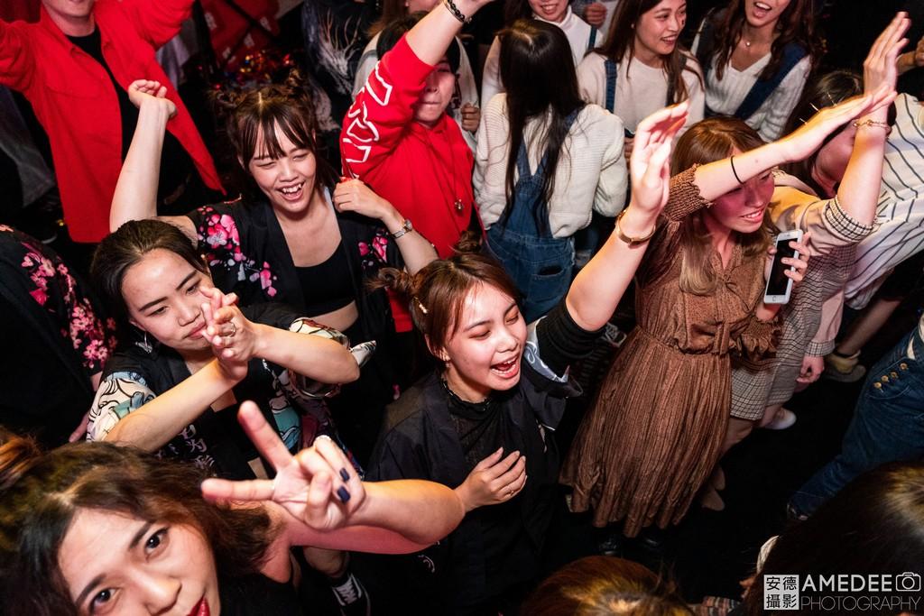 員工在尾牙春酒上跳舞活動紀錄