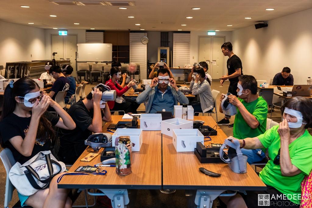 參加者配戴VR眼鏡