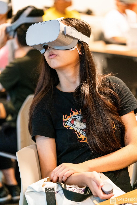 參加者用VR眼鏡看世界