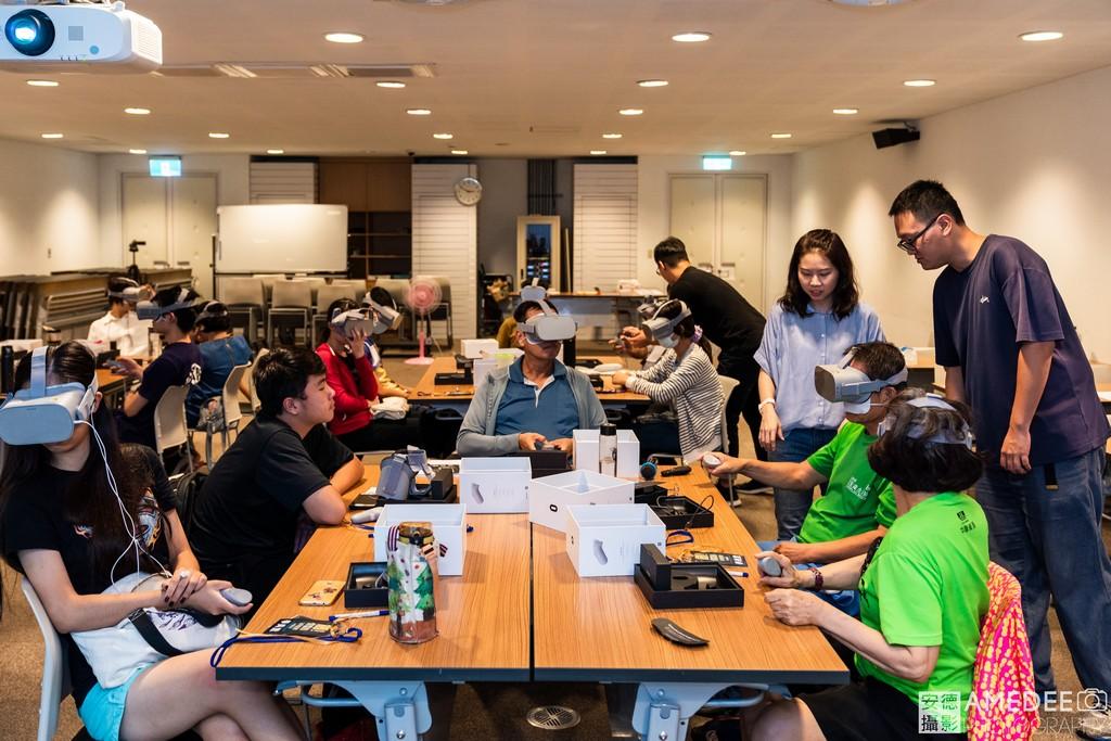 工作人員協助參加者使用VR眼鏡