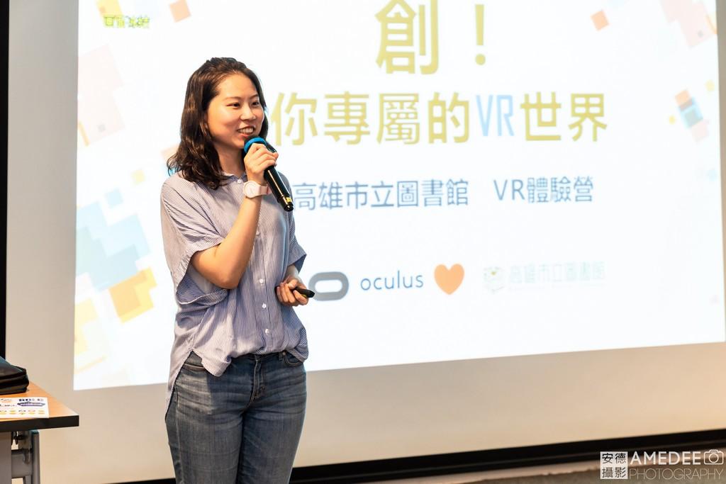 工作人員講解VR的應用