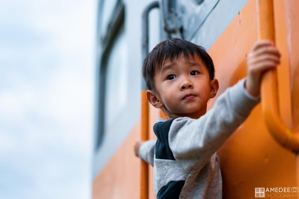 小孩在台東舊火車站爬舊火車