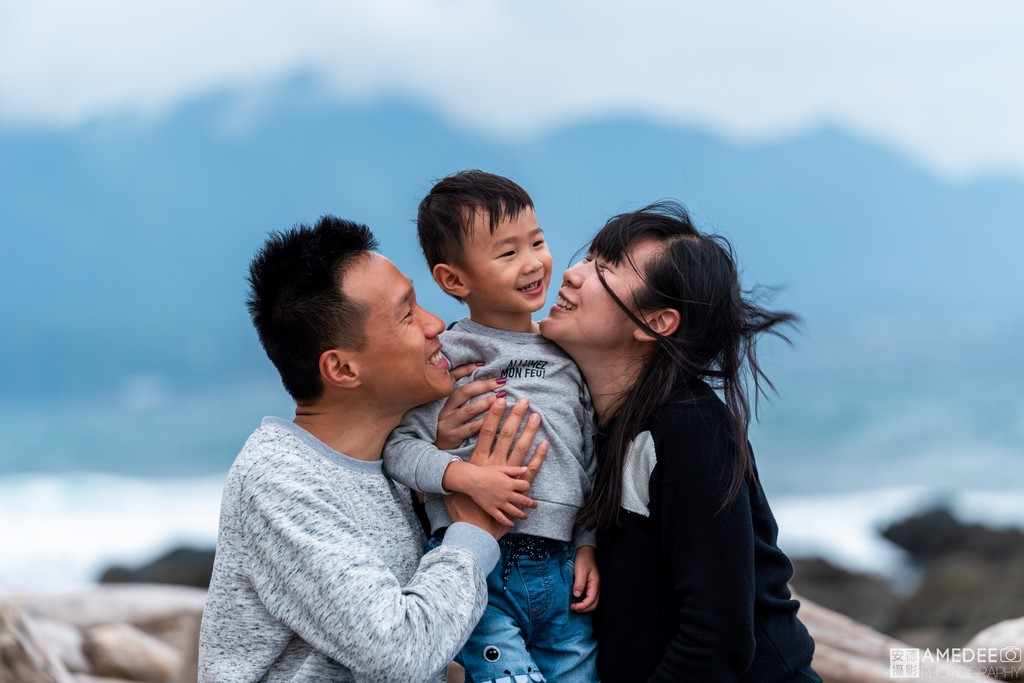 爸爸媽媽看著兒子在台東加路蘭風景區