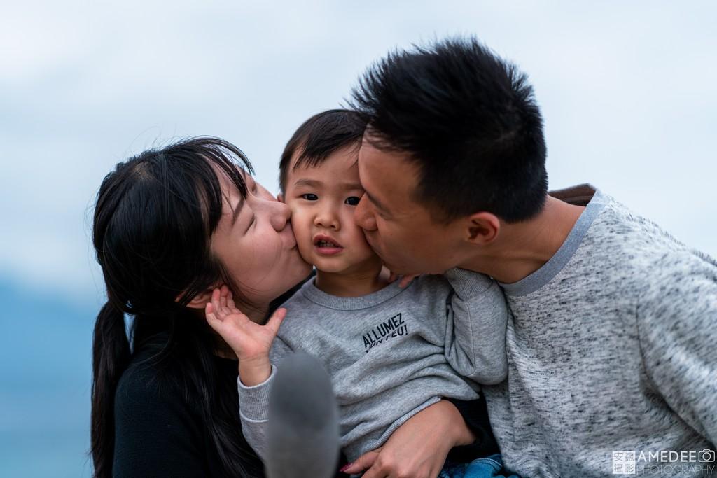 爸爸媽媽親吻兒子在台東加路蘭風景區