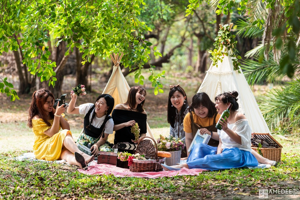 Jessie與閨蜜們在美術館野餐擺拍照