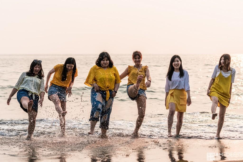 Jessie與閨蜜們在西子灣踏浪旅遊跟拍照