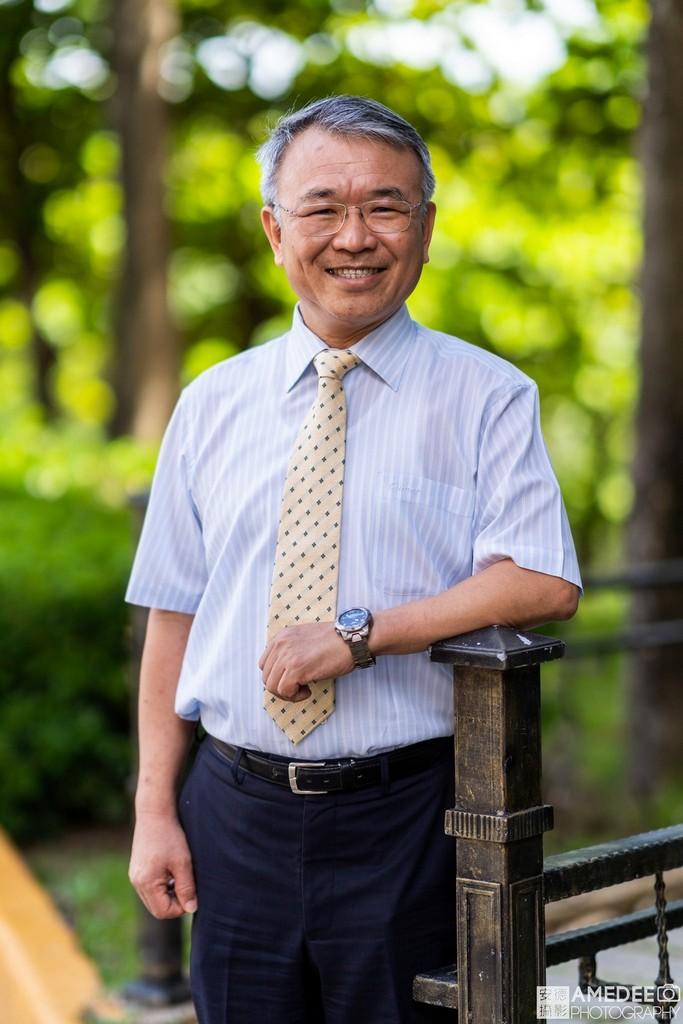 義守大學校長陳振遠博士在義大校園拍攝形象照