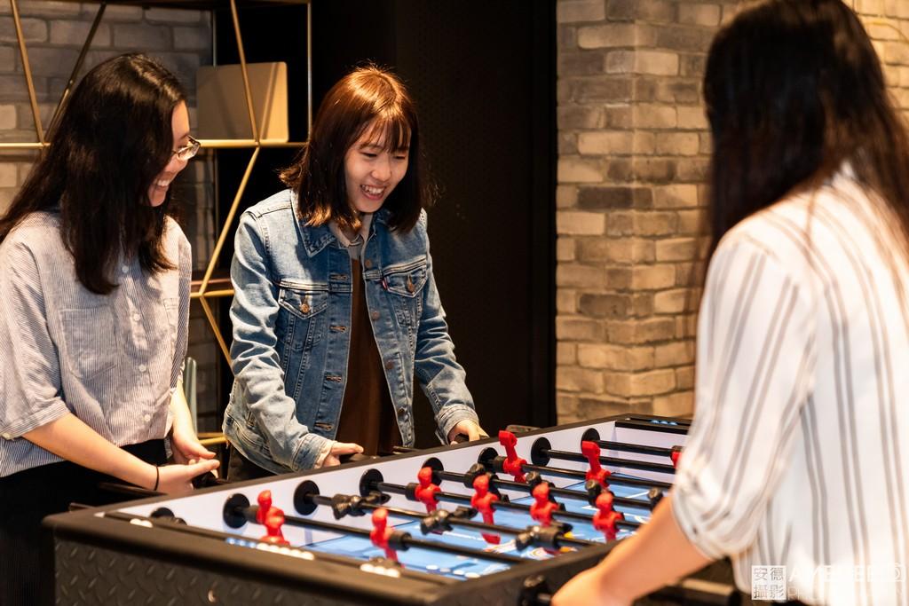 員工與來賓玩遊戲