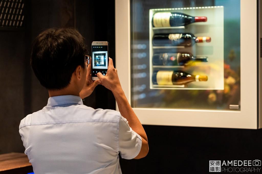 來賓拍攝酒櫃