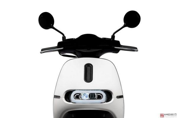 白色Gogoro電動車車頭去背照