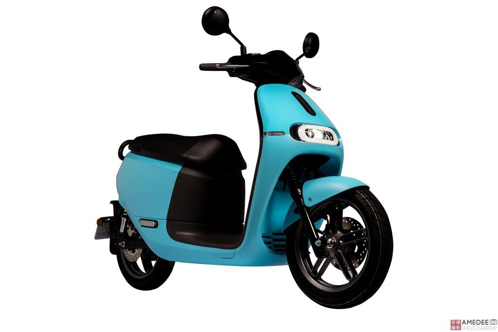 天空藍色Gogoro電動車車頭與車身去背照