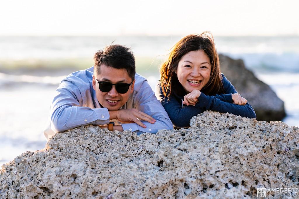 Jason與Joe在西子灣沙灘拍攝全家福