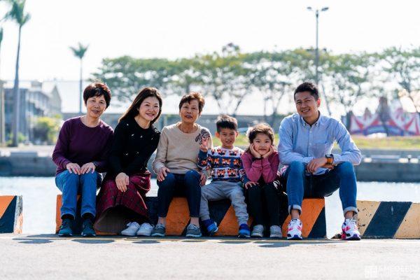 一家人在駁二藝術特區拍攝全家福