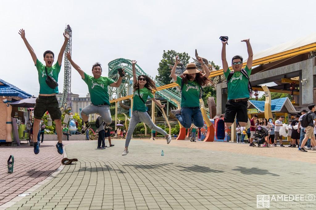 義大世界遊樂園員工跳躍團體照