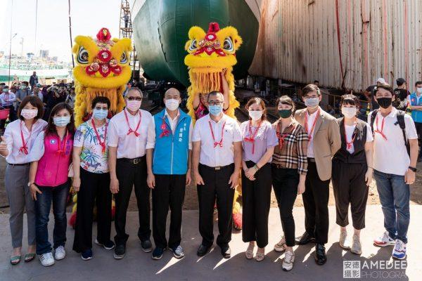 高雄市長韓國瑜在新船下水與船東合影