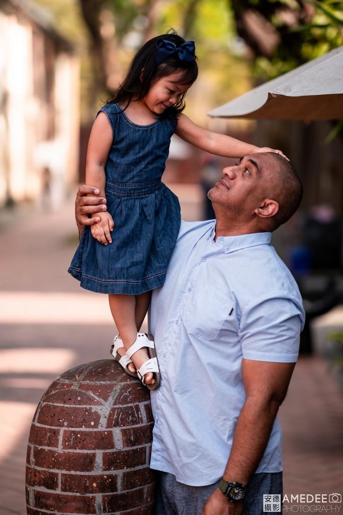 爸爸和小女兒互動