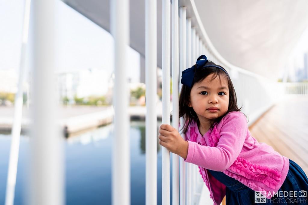 駁二大港橋上小孩獨照