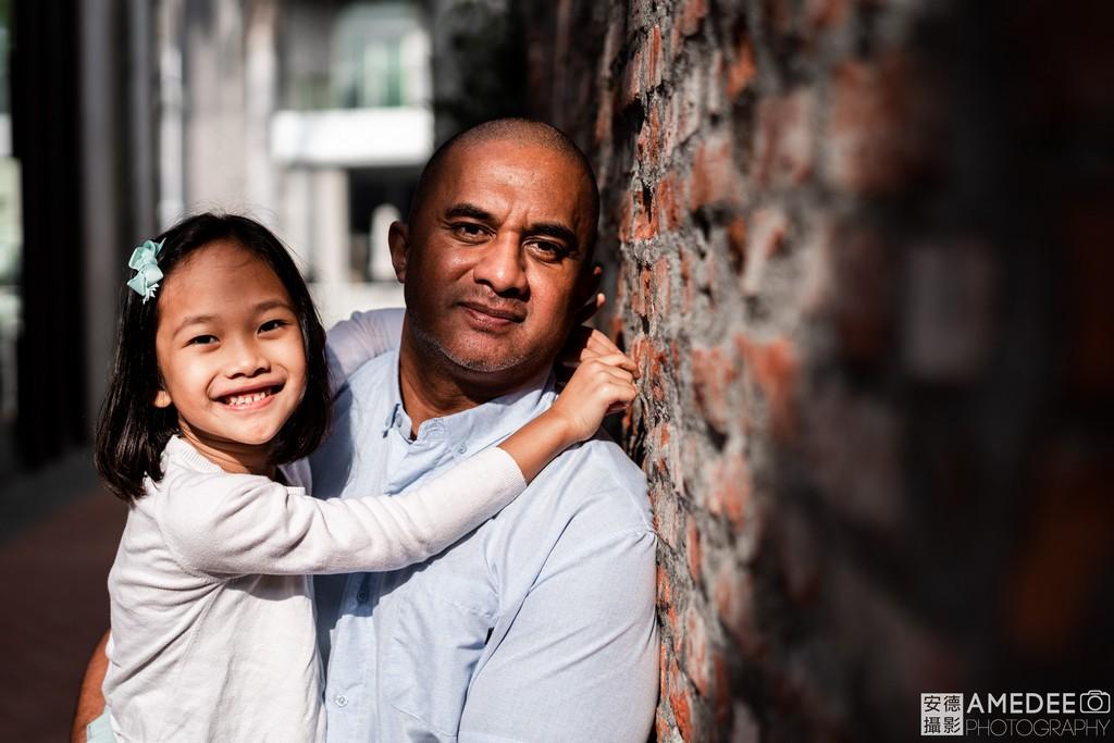 爸爸和女兒讀照